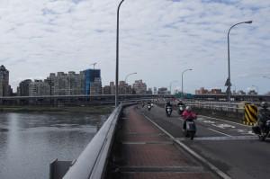 台北大橋、三重區方面を望む