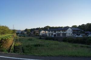 旧河道の堤防と考えられる緑地帯。