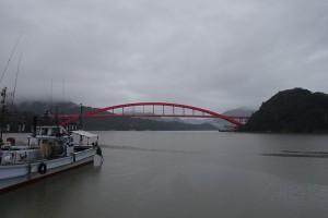 雨の西郷大橋。まずはあそこを目指します。